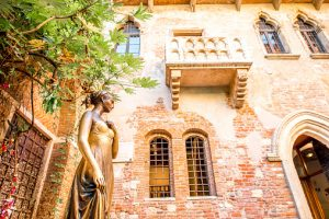 Romantic vacations in italy - Juliet statue and balcony in Verona